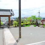 山門から三田盆地・六甲山系を望む